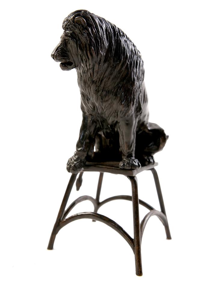 Damien Colcombet, Lion assis sur un tabouret