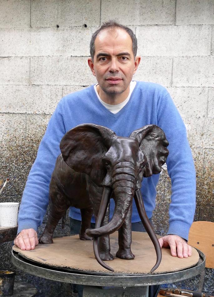 Damien Colcombet et son modèle agrandi du Grand patriarche - Vieil éléphant d'Afrique (bronze animalier)